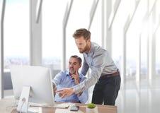 Bedrijfsmensen bij een bureau die op een computer richten Royalty-vrije Stock Afbeelding
