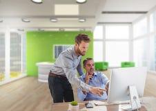 Bedrijfsmensen bij een bureau die op een computer richten Royalty-vrije Stock Foto