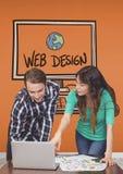 Bedrijfsmensen bij een bureau die op een computer tegen oranje achtergrond met grafiek richten Royalty-vrije Stock Afbeelding