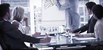 Bedrijfsmensen in bureau bij presentatie royalty-vrije stock foto's