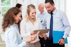 Bedrijfsmensen in bureau die vergadering hebben Royalty-vrije Stock Foto