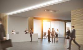 Bedrijfsmensen in bureau met twee receptionnisten Stock Afbeelding