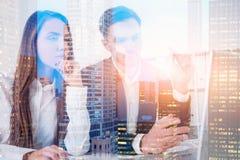 Bedrijfsmensen in bureau, stad royalty-vrije stock afbeelding