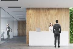 Bedrijfsmensen dichtbij een ontvangst in bureau Royalty-vrije Stock Afbeelding