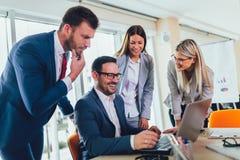 Bedrijfsmensen die aan bedrijfsproject in bureau werken die laptop met behulp van royalty-vrije stock afbeeldingen