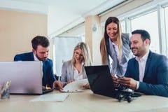 Bedrijfsmensen die aan bedrijfsproject in bureau werken die laptop met behulp van royalty-vrije stock fotografie