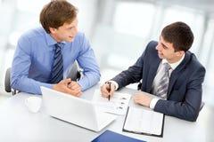 Bedrijfsmensen die aan laptop werken Stock Foto