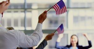 Bedrijfsmensen die Amerikaanse vlag in een seminarie 4k golven stock video