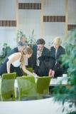 Bedrijfsmensen die besluit in bureau nemen Stock Fotografie
