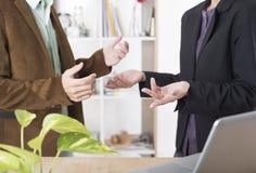 Bedrijfsmensen die besprekend conceptenvergadering spreken stock afbeelding