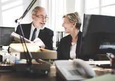 Bedrijfsmensen die Bespreking het Werk Bureauconcept ontmoeten Stock Foto's
