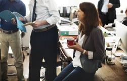 Bedrijfsmensen die Bespreking het Werk Bureauconcept ontmoeten Stock Afbeeldingen
