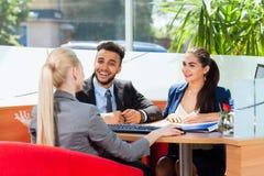 Bedrijfsmensen die, Bespreking over Vergadering, Groepszakenlui die Glimlach, Team Cooperation spreken werken royalty-vrije stock afbeeldingen