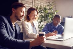 Bedrijfsmensen die bij bureau aan laptop werken royalty-vrije stock foto's