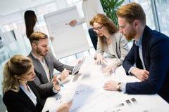 Bedrijfsmensen die bij project en de brainstorming in bureau samenwerken royalty-vrije stock fotografie