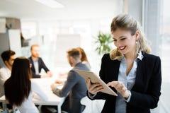 Bedrijfsmensen die bij project en de brainstorming in bureau samenwerken stock afbeeldingen