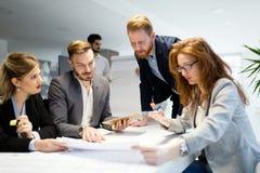 Bedrijfsmensen die bij project en de brainstorming in bureau samenwerken royalty-vrije stock afbeelding