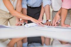 Bedrijfsmensen die blauwdruk bestuderen Royalty-vrije Stock Foto