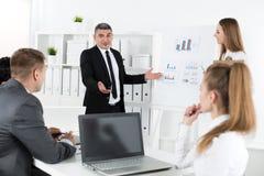 Bedrijfsmensen die in bureau samenkomen om project te bespreken royalty-vrije stock foto