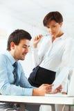Bedrijfsmensen die in bureau samenkomen om project te bespreken stock afbeeldingen