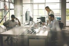 Bedrijfsmensen die Bedrijfsmensen in bureau samenwerken coll stock afbeeldingen