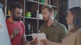Bedrijfsmensen die in bureau spreken De creatieve mensen groeperen zich op uitwisselings van ideeënvergadering stock footage