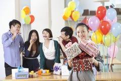 Bedrijfsmensen die Bureau van Partij genieten Stock Foto's