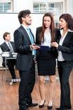 Bedrijfsmensen die in bureaugroepswerk werken Stock Foto's