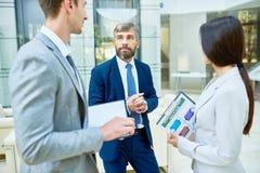 Bedrijfsmensen die in Bureauzaal samenkomen royalty-vrije stock foto's