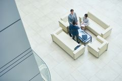 Bedrijfsmensen die in Bureauzaal samenkomen royalty-vrije stock fotografie
