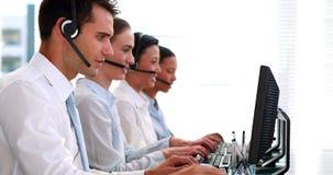 Bedrijfsmensen die in call centre werken stock videobeelden