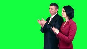 Bedrijfsmensen die chromasleutel toejuichen stock videobeelden