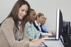 Bedrijfsmensen die Computers in Klaslokaal met behulp van Royalty-vrije Stock Afbeeldingen