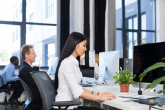 Bedrijfsmensen die Computers met behulp van die Concept, Aziatische Onderneemster Typing Keyboard, Team In Modern Busy Office wer stock afbeelding