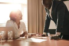 Bedrijfsmensen die in Conferentiezaal samenkomen stock fotografie