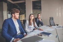 Bedrijfsmensen die in Conferentiezaal werken Stock Afbeelding