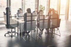 Bedrijfsmensen die in Conferentiezaal werken Stock Afbeeldingen