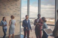 Bedrijfsmensen die in Conferentiezaal werken Royalty-vrije Stock Afbeeldingen