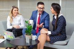 Bedrijfsmensen die in Conferentiezaal werken royalty-vrije stock afbeelding