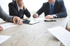 Bedrijfsmensen die contract bespreken Royalty-vrije Stock Afbeelding