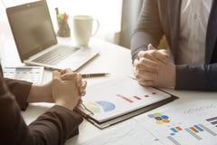 Bedrijfsmensen die de grafieken en de grafieken bespreken die onderzoek tonen royalty-vrije stock foto