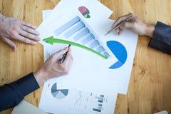 Bedrijfsmensen die de grafieken en de grafieken bespreken die onderzoek tonen royalty-vrije stock foto's