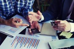 Bedrijfsmensen die de grafieken en de grafieken bespreken die onderzoek tonen stock foto