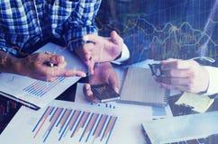 Bedrijfsmensen die de grafieken en de grafieken bespreken die onderzoek tonen Stock Afbeeldingen
