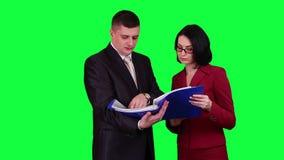 Bedrijfsmensen die de sleutel van de documentenchroma lezen stock videobeelden