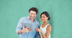 Bedrijfsmensen die digitale tablet over groene achtergrond gebruiken royalty-vrije stock afbeelding