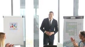 Bedrijfsmensen die directeur toejuichen tijdens een vergadering stock videobeelden