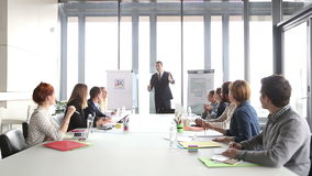 Bedrijfsmensen die directeur toejuichen tijdens een vergadering stock video