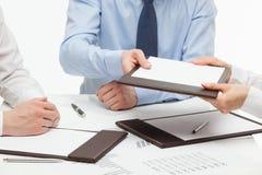 Bedrijfsmensen die documenten houden stock afbeeldingen