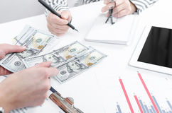 Bedrijfsmensen die dollarbankbiljetten ruilen Stock Afbeeldingen